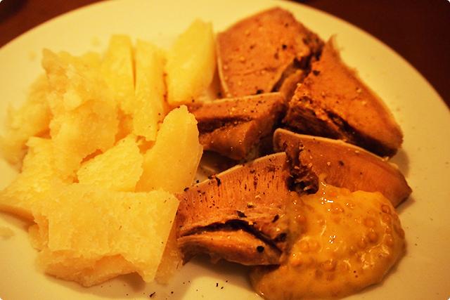 イベリコ豚の塩タンとパルミジャーノ。