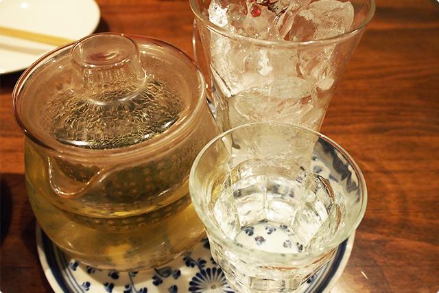 極上烏龍茶割セット。焼酎の入ったグラスにお好みで入れたて烏龍茶を注ぐスタイル。おしゃれ。