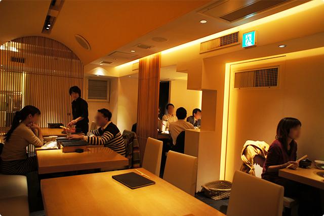 2Fは間接照明が心地良いキレイめな和モダン。テーブル席が20席ほどあります。