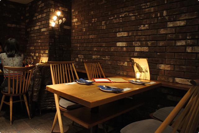 地下のフロアはレンガの壁がオシャレでやや暗めな雰囲気です。