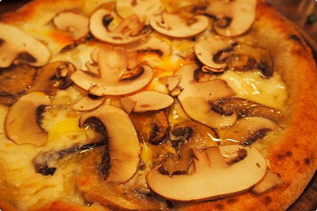 これがそれ、全面埋め尽くされたマッシュルームのピザ!