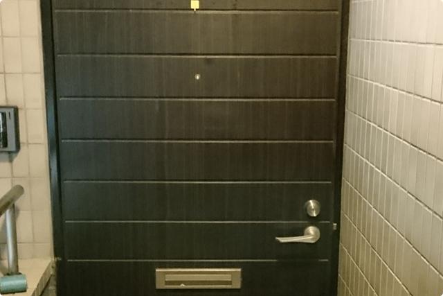 マンションの一室に入っていくかのような扉です