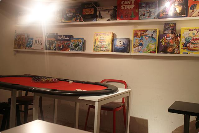 壁一面、いや二面に、ボードゲームが並んでおります。