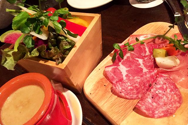 彩り野菜のバーニャカウダ・生ハム・サラミの盛り合わせ