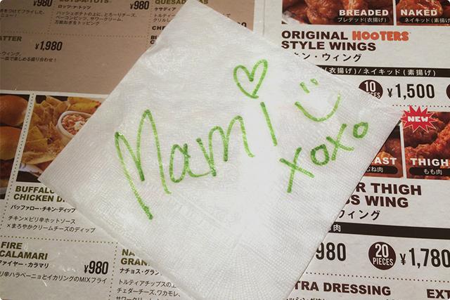 テーブル担当が、ナプキンにウエルカムメッセージを書いてくれたり