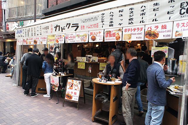 上野は夕方からこんなにおじさま達で賑わっています