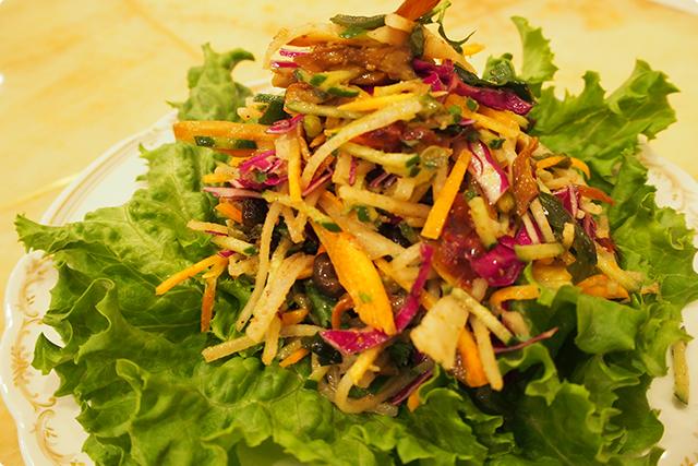 発芽豆、海草、季節の野菜のサラダ
