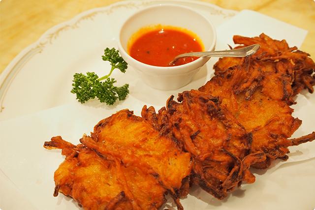 たまねぎの天ぷら。豆の粉で仕上げたインド風の天ぷら