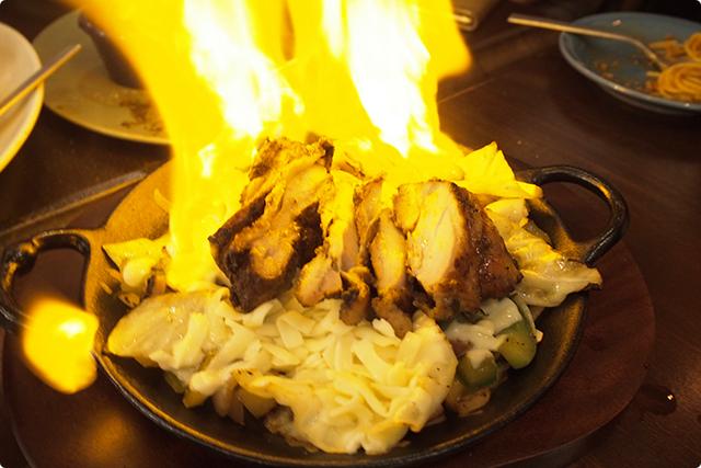 名物ファヒータ!テーブルでフランベしてくれます。お肉と野菜とチーズを絡ませてトルティーヤでまいてかぶりつきます!チーズの濃厚さが際立っていて、タコスとはまた違った美味しさに出会えますよ!