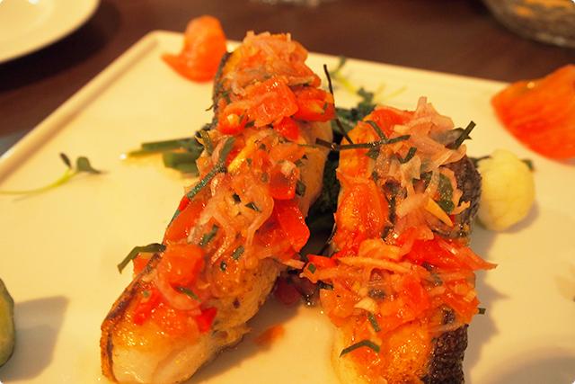 『IKAN BAKAR DABU-DABU 白身魚のチリトマトソース和え』
