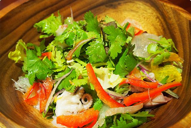 『魚介のパクチーサラダ』贅沢なサラダ!