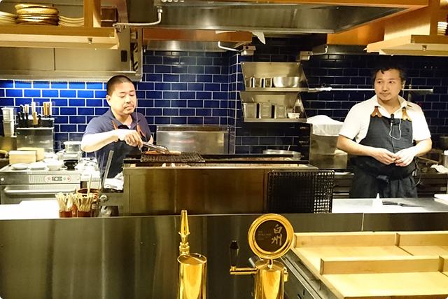 鮭ハラスをオープンキッチンの中で焼いているところ