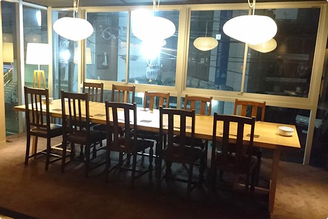 窓際には10席ほどあるテーブルが