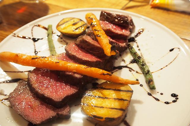 やっぱ肉いいね!しかもこの火加減がいい。肉汁たくわえて、うまみを閉じ込めてあるのが艶でわかるでしょ!?