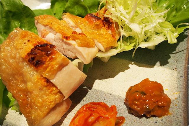 『大山鶏の藻塩焼』薬味と一緒に野菜を巻いて食べると美味しいよ!