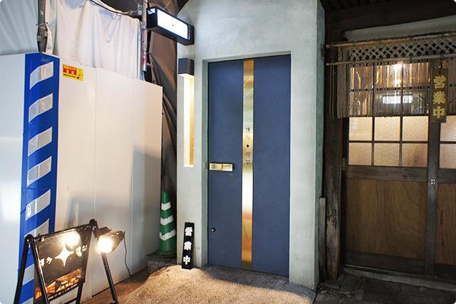 恵比寿から徒歩5分ほどの立地。路地裏にあるこのドアが目印。