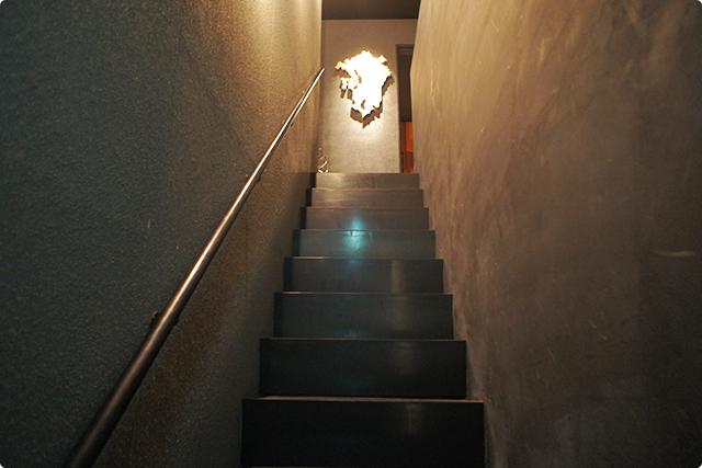 ドアを開けるとすぐに階段。お店は2階ですね!