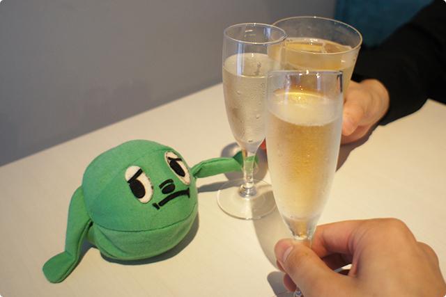 少し待つと、まずは御通しでシャンパンが登場!