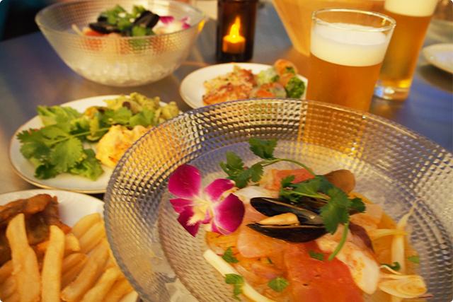 『ヤドヴィガ名物!海の幸のセビーチェ』とフードバーでいただく『トムヤムクン風ポテトサラダ』『アーモンドとドライフルーツのパンプキンサラダ』などなど!