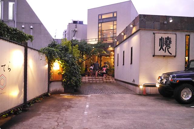淡島通り沿いに高級感漂う雰囲気で佇んでいます!一番近いアクセスは、京王井の頭線池ノ上駅から徒歩8分。
