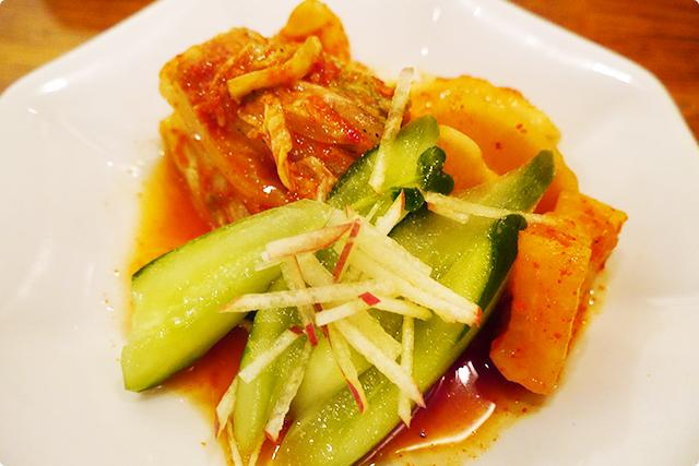 『キムチの盛り合わせ』。白菜、カクテキ、オイキムチが盛られていました!絶妙な酸味と辛みのコラボレーションがたまらん!!!