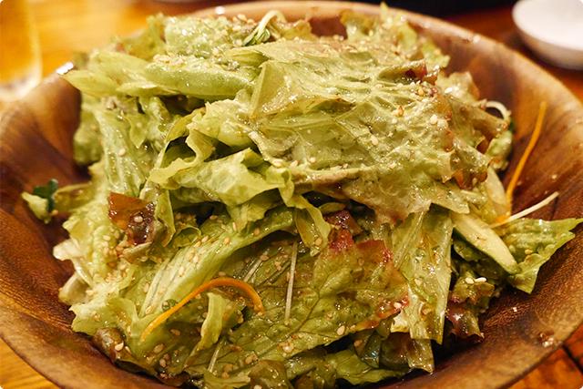 続いて山盛りサニーレタスを特製ドレッシングで和えたヤミツキになる『韓てらサラダ』登場!これ本当にクセになるんです!!