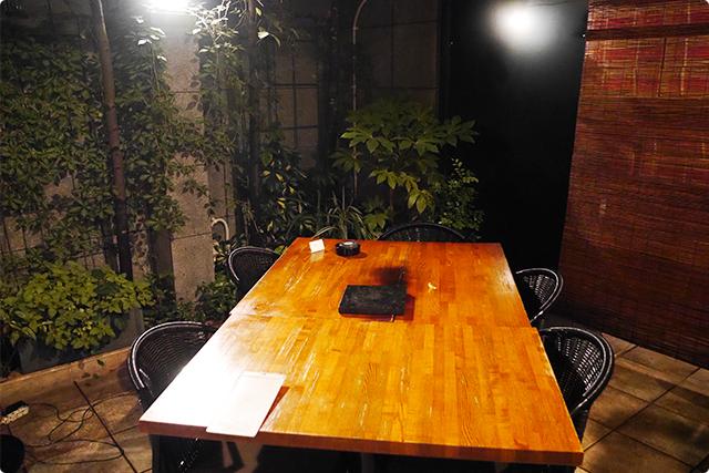 テーブルも広々していてゆったり寛げるテラス席。
