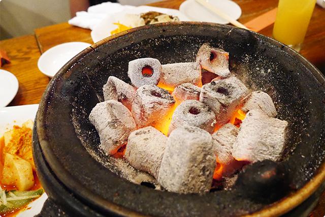 テラス席などのオープンエアでは炭火で焼肉が楽しめます♪