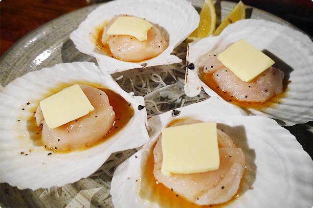 『ホタテ貝柱焼き (2個)』。こんなにバターが贅沢にのってていいのですかー!