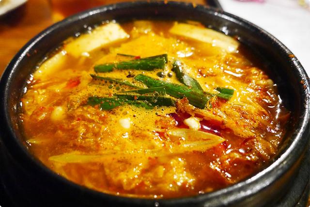『豆腐チゲ』。最後の〆にはぴったりな辛めのスープ。キムチの酸味が程よくてもっと食べたくなる!