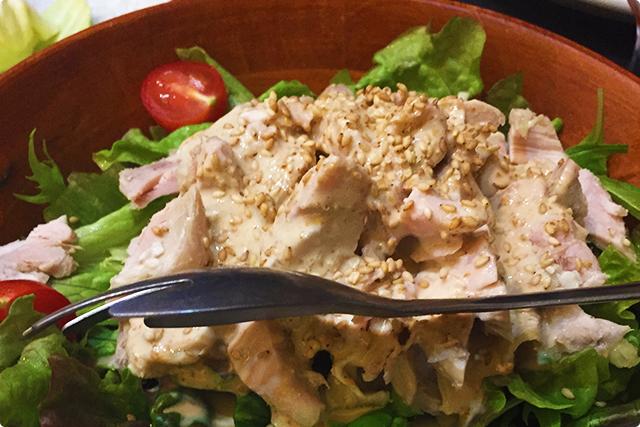 『蒸し鶏の胡麻サラダ』