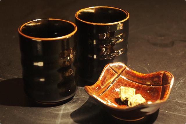 席に戻ると、最後に脂をスッキリ流してくれる『びわ茶と鹿児島の黒糖』を出していただきました。