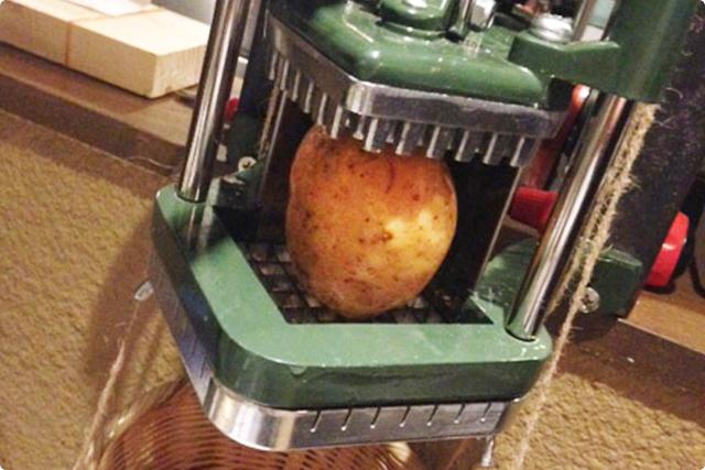 生のジャガイモを専用?の裁断するアメリカ製の機械でオーダーメイド!
