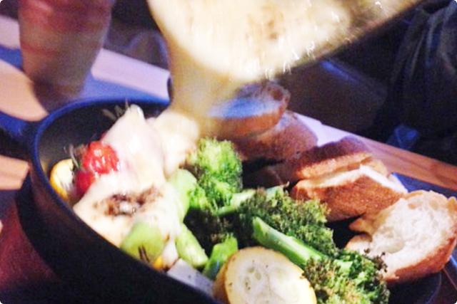 アツアツの鉄板に乗った野菜の上にかける