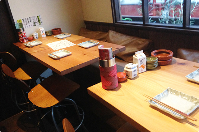 宴会や3名以上での来店時に多く使用されそうなテーブル席(※喫煙可)