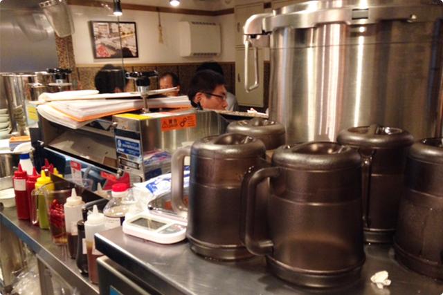 チラッと見えてるのは製麺機!