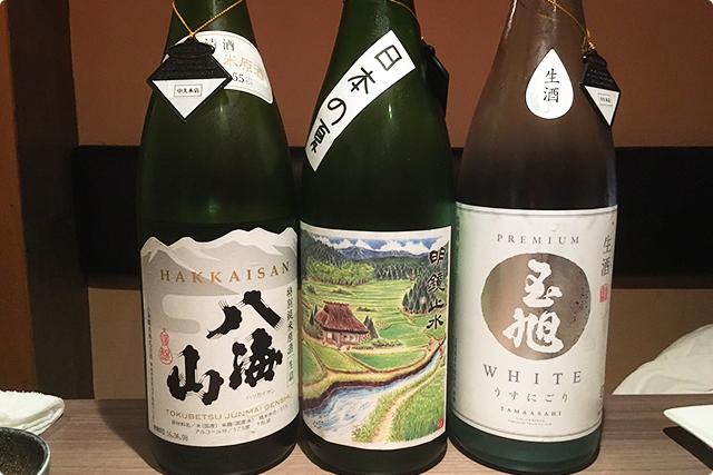 多種多様な日本酒。近くにあったこちらの3種からいただきました!