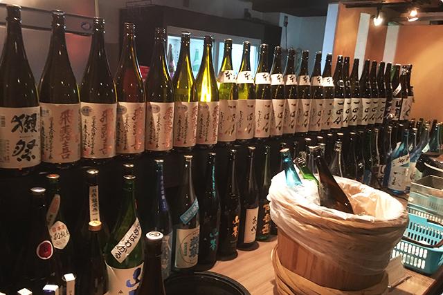 カウンターにはこんなに日本酒ビンが...!これだけあると圧巻です。