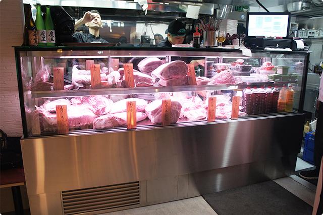 店内奥にはお肉のショーケースが!どのお肉も絶妙なサシの入り具合!期待が高まります!