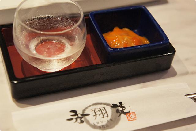 お通しには一口の日本酒と『ホヤの塩辛』。