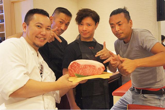 最後にお店のマネージャー根本博之さん(写真左)&スタッフの方とサーロインを持ってパシャリ!
