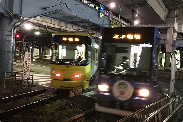 横断歩道の上を電車が走るという光景ね。