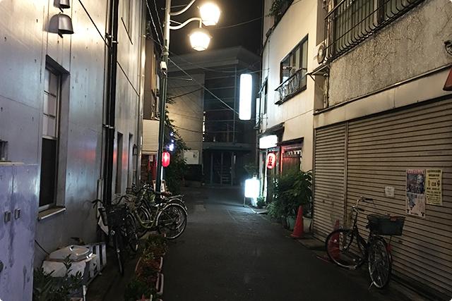 王子駅の横丁のような路地を歩くと赤ちょうちんが見えてきました。