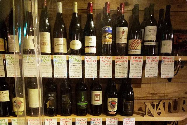 たーくさん、いろんな赤、白のワインがあるの。