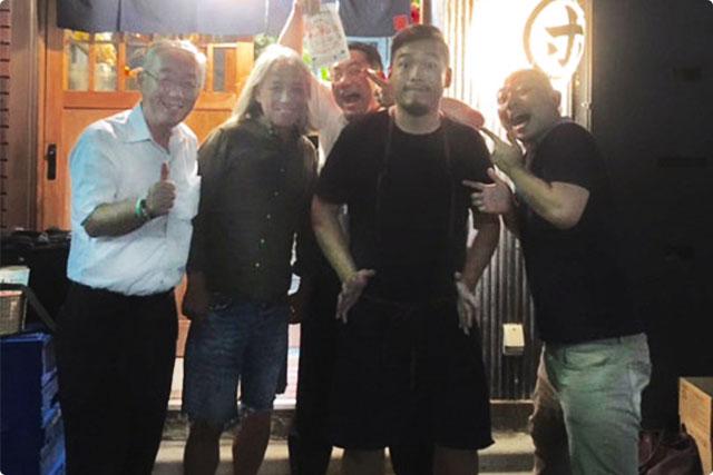 (左から)業者仲間の安藤さん、泥亀仙人、オーナー南さん、海老蔵