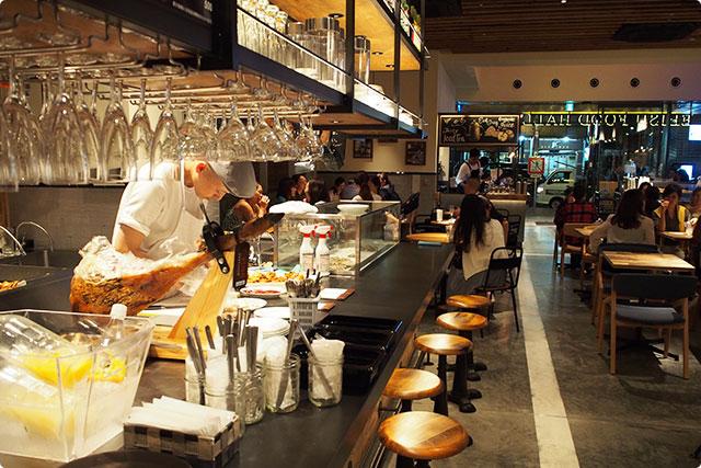 お酒とバル料理屋さん、奥に見えるのがコーヒー屋さん