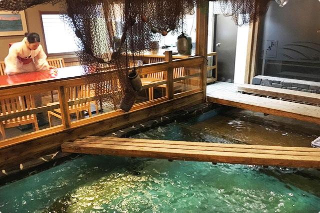 魚は泳いでなかったけど、大きな生け簀が店内そこらじゅうにあるので涼しいです(笑)