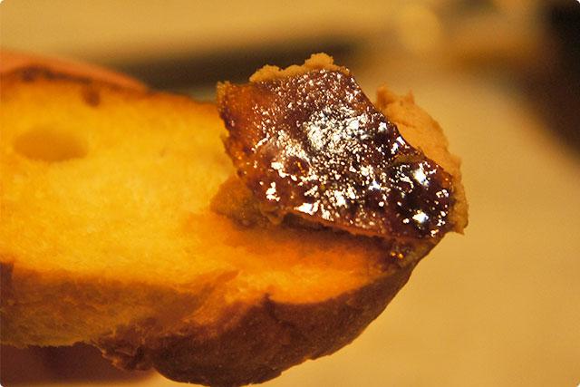 パリパリのキャラメリゼがレバーペーストの美味しさをさらに引き立たせています!