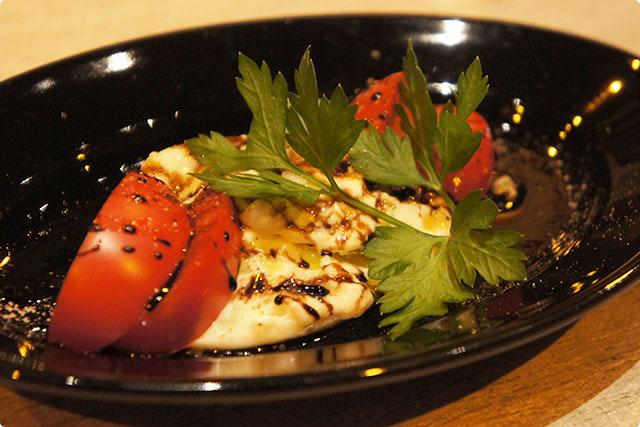 『ブラータチーズとフルーツトマトのカプレーゼ』(ハーフ)¥600
