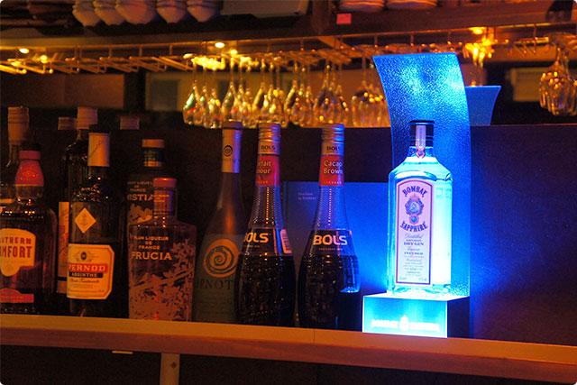 お店の奥にディスプレイされていた青く輝くボンベイサファイア。